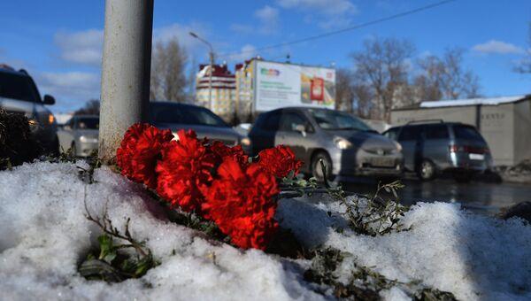 Цветы на месте падения башенного крана в Омске, в результате чего погибли четыре человека
