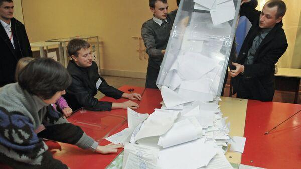 Сотрудники участковой избирательной комиссии на одном из избирательных участков Львова. Архивное фото