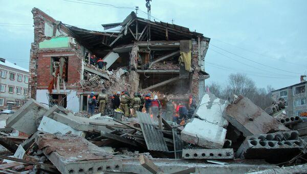 Сотрудники МЧС РФ у разрушенного в результате взрыва дома в поселке Корфовский в Хабаровском крае. Архивное фото