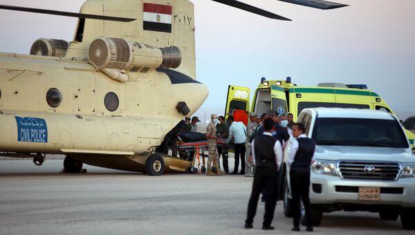 Военные и спасатели осуществляют отправку тел жертв крушения российского самолета в Каир, Египет. 31 октября 2015
