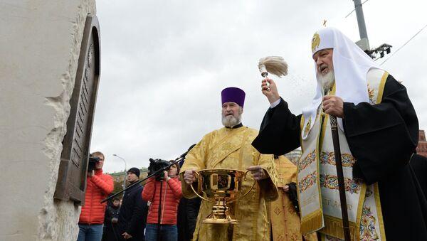 Патриарх Московский и всея Руси Кирилл (справа) во время церемонии открытия закладного камня на месте установки памятника святому равноапостольному князю Владимиру