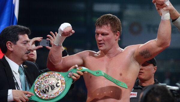 Александр Поветкин (Россия) после окончания боя за титул WBC Silver в супертяжелом весе на боксерском шоу в Казани