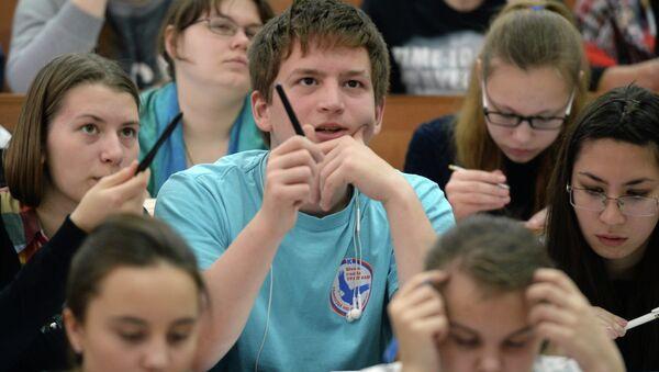 Участники Всероссийского географического диктанта в Уральском государственном педагогическом университете в Екатеринбурге