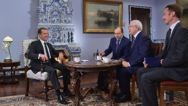 Председатель правительства РФ Дмитрий Медведев во время интервью Российской газете