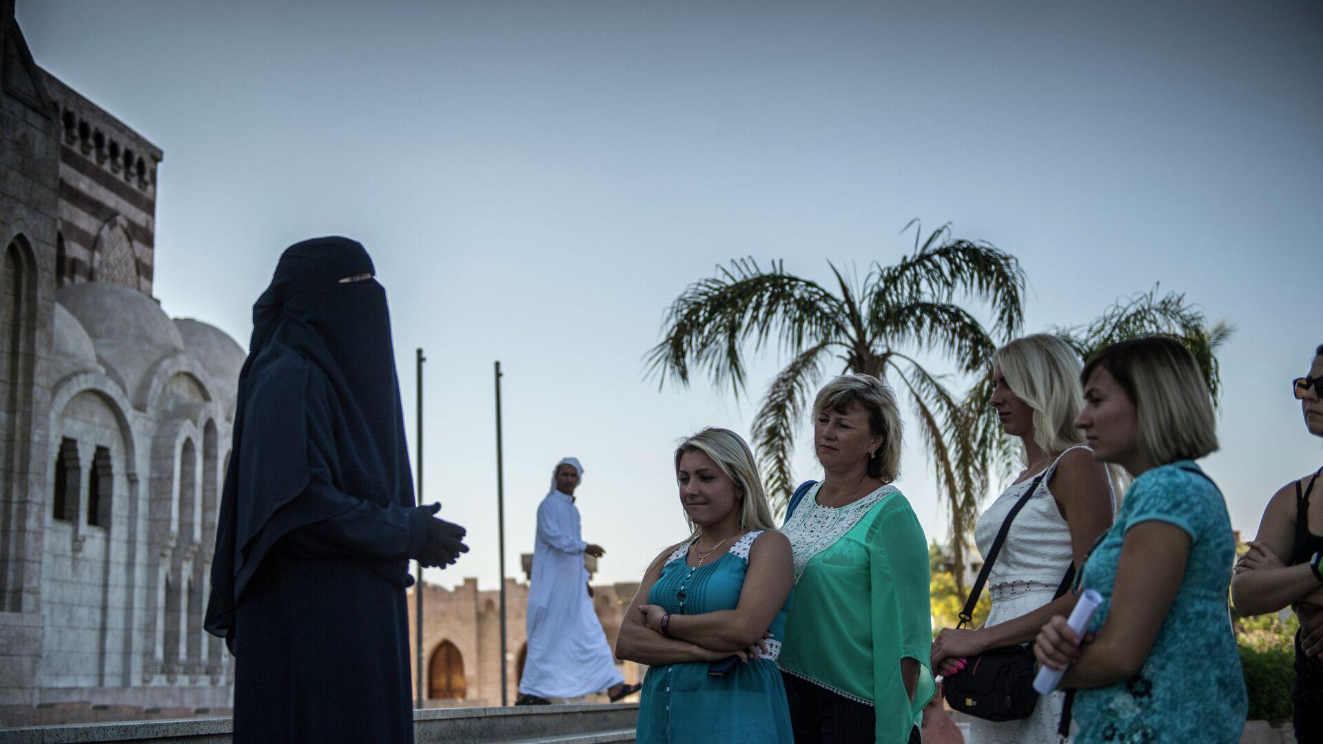 Российские туристы во время посещения главной мечети в египетском городе Шарм-эш-Шейхе - РИА Новости, 1920, 23.04.2021