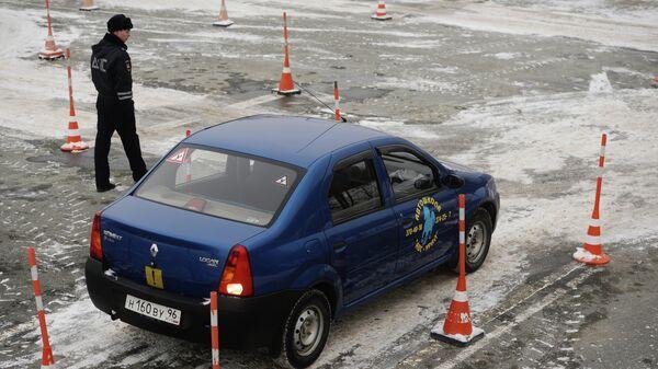 Инспекторы ГИБДД принимают практический экзамен на право управления автотранспортом