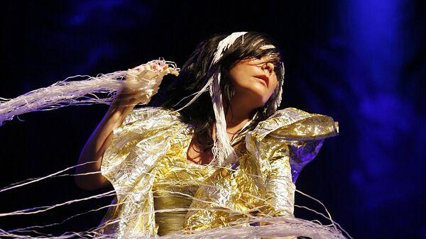 Исландская певица Бьорк выступает на музыкальном фестивале Рок на Сене в Париже. 2007 год