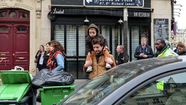 Парижане около театра Батаклан, где произошел один из серии терактов. Архивное фото