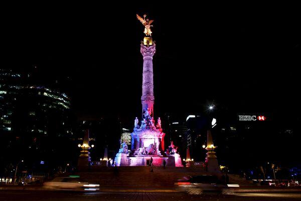 Монумент независимости в цветах французского флага в память о жертвах терактов, Мехико, Мексика
