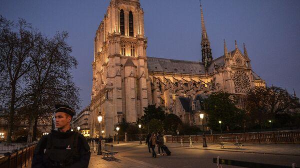 Полиция охраняет собор Парижской Богоматери