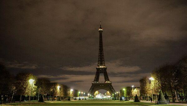 Эйфелева башня без ночной подсветки в память о жертвах крупнейшего в истории Франции террористического акта, произошедшего 13 ноября 2015 года в Париже