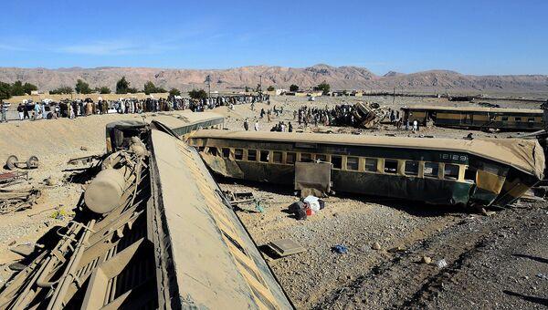 Сошедший с рельсов пассажирский поезд в Пакистане