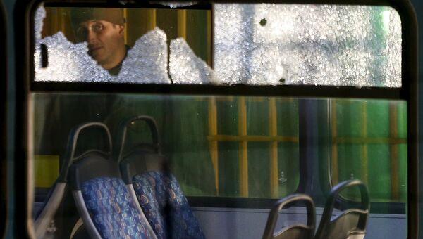 Разбитые стекла автобуса после стрельбы в Сараево