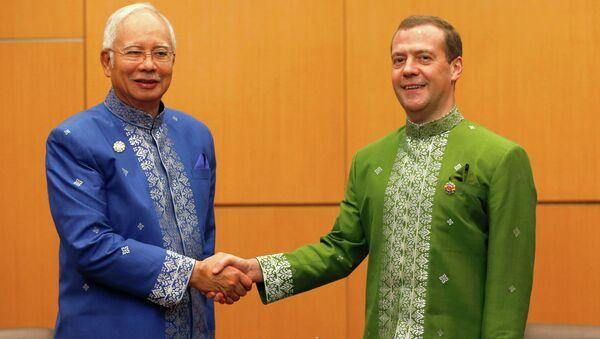Председатель правительства РФ Дмитрий Медведев (справа) и премьер-министр Малайзии Наджиб Разак во время встречи в рамках 10-го Восточноазиатского саммита в Куала-Лумпуре
