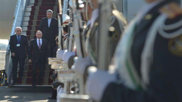 Президент России Владимир Путин во время встречи в аэропорту Мехрабад