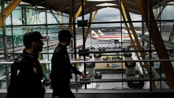 Служба безопасности в аэропорту Мадрида. Архивное фото