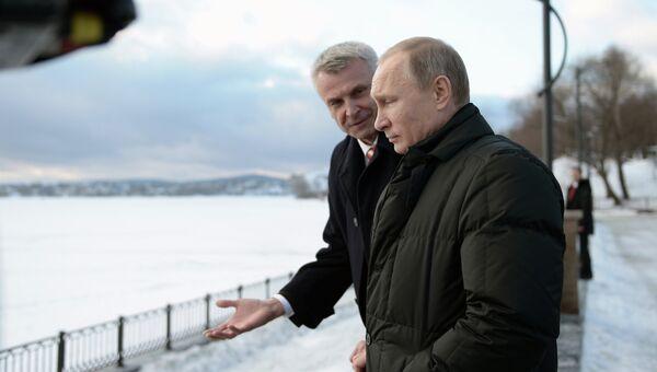 Президент России Владимир Путин и мэр Нижнего Тагила Сергей Носов во время осмотра набережной в Нижнем Тагиле