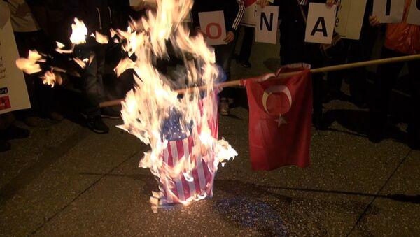 Греки сожгли американский и турецкий флаги против обстрела российского Су-24