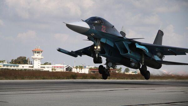 Российский истребитель-бомбардировщик Су-34 взлетает с авиабазы Хмеймимв Сирии