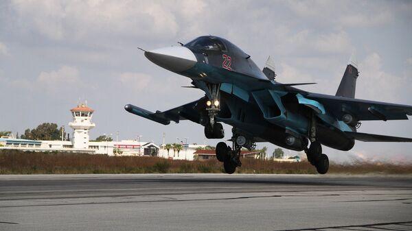 Российский истребитель-бомбардировщик Су-34 взлетает с авиабазы Хмеймимв Сирии. Архивное фото