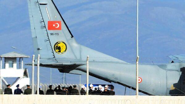 Турецкий самолет с телом российского пилота Су-24 Олега Пешкова. Архивное фото