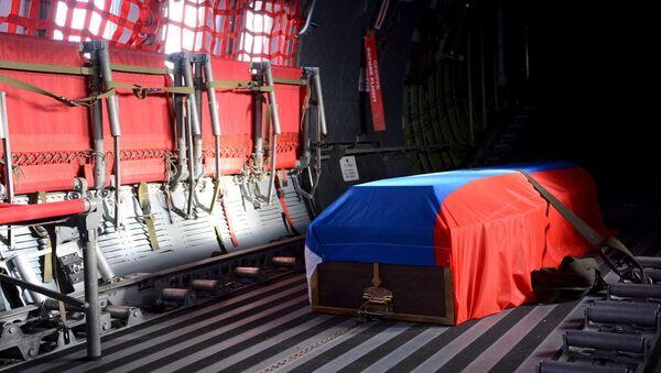 Гроб с телом российского летчика Су-24 Олега Пешкова покидает аэропорт Хатай, Турция
