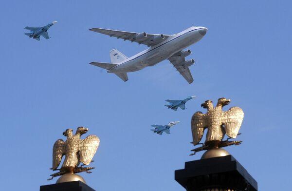 Воздушный командный пункт Ил-80 (Ил-86 ВКП) и истребители МиГ-29 во время парада Победы на Красной площади