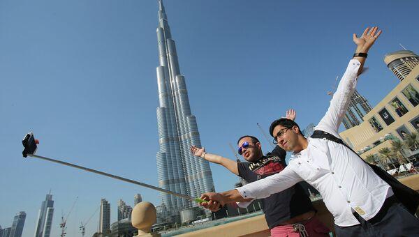 Туристы у небоскреба Бурдж-Халифа в Дубае