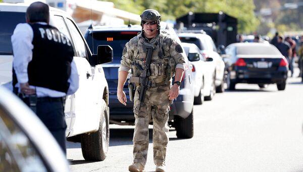 Силы правопорядка на месте стрельбы в Сан-Бернандино
