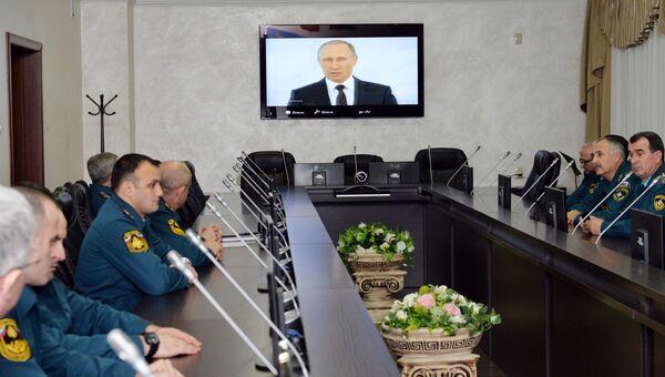 Сотрудники МЧС России по Чеченской Республике смотрят телевизионную трансляцию послания президента РФ Владимира Путина к Федеральному Собранию