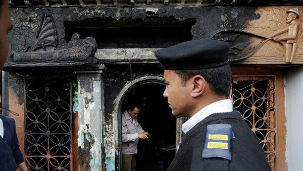 Египетский полицейский возле ночного клуба, который закидали бутылками с горючей смесью в Каире, Египет