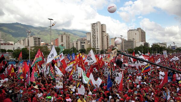 Демонстрация в поддержку правящей партии на центральной улице Каракаса, Венесуэла