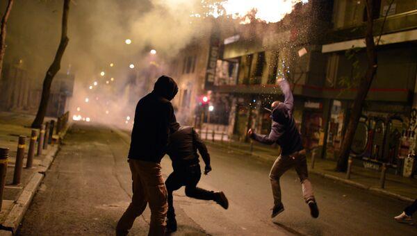 Беспорядки в центре Афин во время шествия в седьмую годовщину убийства подростка полицейскими