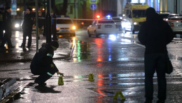 Сотрудники правоохранительных органов проводят следственные действия на остановке общественного транспорта на улице Покровка в Москве, где произошел взрыв. Архивное фото