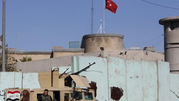 Иракские силы безопасности у посольства Турции в Багдаде