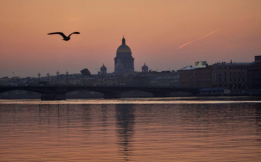 Вид на Благовещенский мост и Исаакиевский собор в Санкт-Петербурге