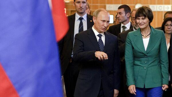 Президент Швейцарии Мишлин Кальми-Рей и Владимир Путин во время встречи в Женеве. Архивное фото