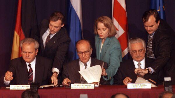 Президент Сербии Слободан  Милошевич, лидер боснийских мусульман Алия Изетбегович и президент Хорватии Франьо Туджман во время подписания соглашения о мире в Боснии и Герцеговине на военной базе США в Дейтоне