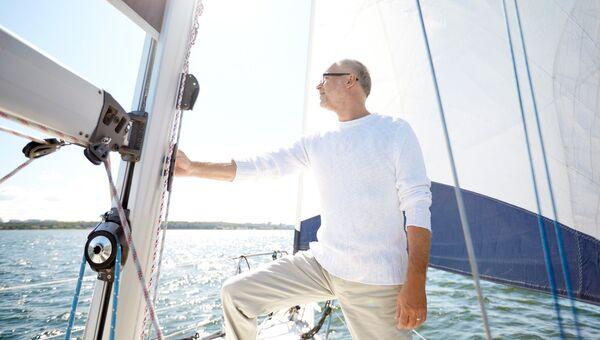 Мужчина на яхте. Архивное фото