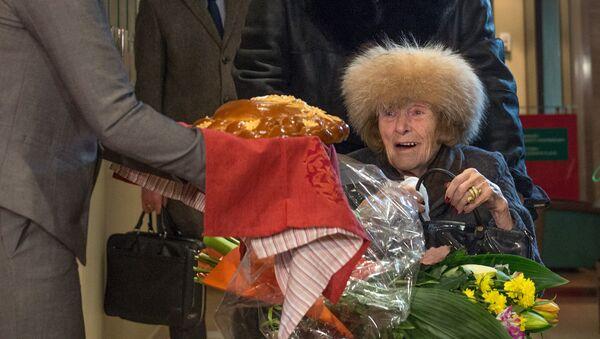 Баронесса Ирина фон Дрейер с сыном Фомой во время прохождения паспортного контроля в аэропорту Шереметьево