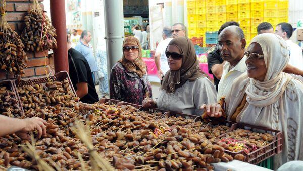 Женщины на центральном рынке в Тунисе. Архивное фото