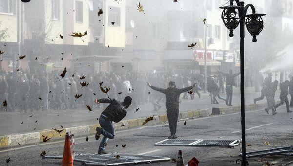 Полиция разгоняет демонстрантов во время акции протеста против комендантского часа в городе Диярбакыр, Турция. Архивное фото
