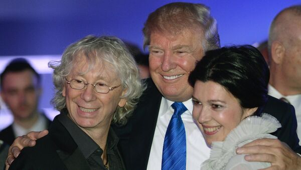 Американский миллиардер и телеведущий Дональд Трамп (в центре)