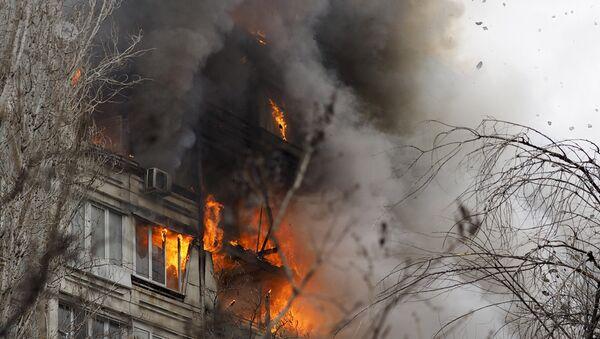 Пожар в разрушенном в результате взрыва бытового газа многоэтажном доме по улице Космонавтов в Волгоград