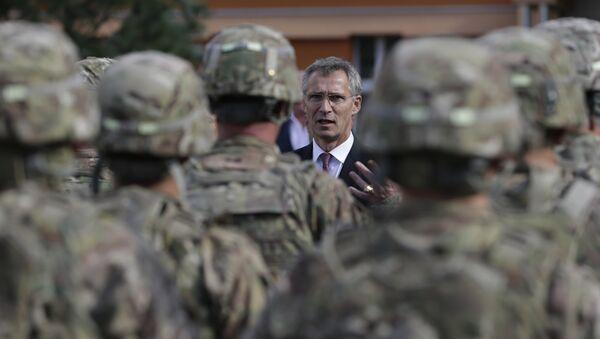 Генсек НАТО Йенс Столтенберг во время встречи с американскими военными в Праге, Чехия