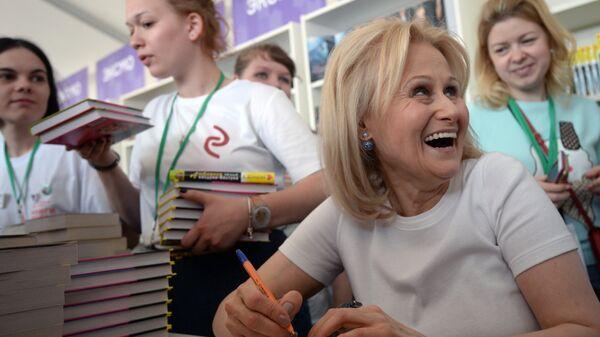 Писательница Дарья Донцова раздает автографы на Московском фестивале Книги России