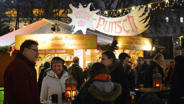 Посетители на рождественской ярмарке в Вене