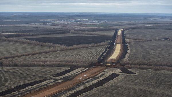 Земляные работы на строительстве двухпутного электрифицированного участка с 11 по 57 км железной дороги Журавка-Миллерово в обход Украины. Архивное фото