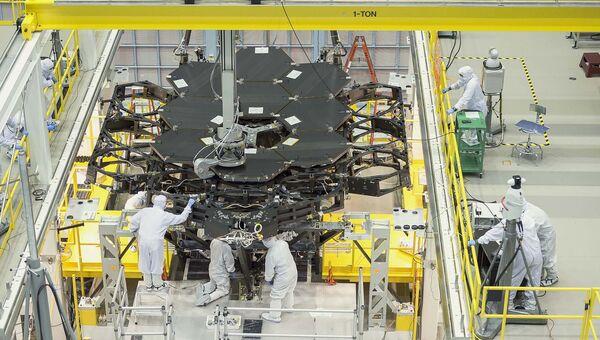 Инженеры НАСА собирают телескоп Джеймс Уэбб