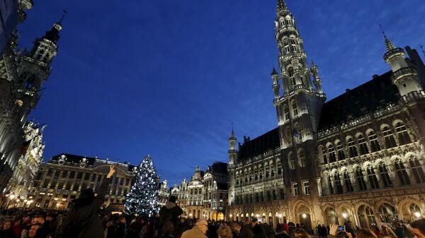 Люди встречают Новый год на площади Гран-Плас в Брюсселе, 31 декабря 2015